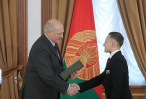 Президент Александр Лукашенко поздравляет Лаптева Геннадия